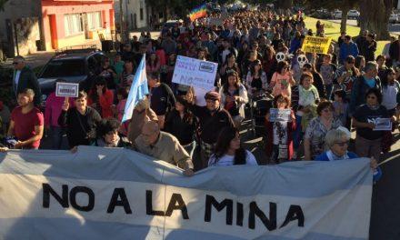 Las calles de Esquel desbordaron contra la «cumbre minera» de Telsen