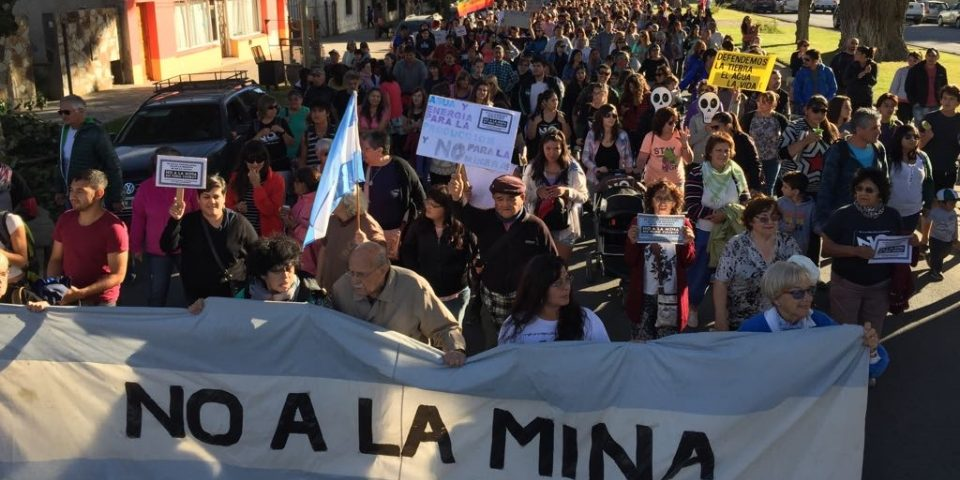 """Las calles de Esquel desbordaron contra la """"cumbre minera"""" de Telsen"""