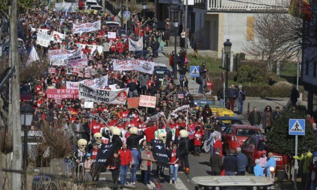 """Touro y O Pino marchan rechazando una mina contraria a sus """"medios de vida"""" y su salud"""