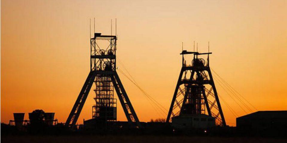 Casi un millar de trabajadores atrapados en una mina de oro en Sudáfrica
