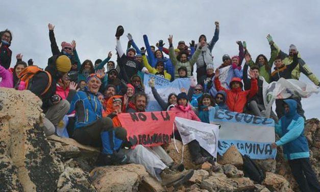 Ascenso y festejo del triunfo del NO A LA MINA en el cerro Calfu Mahuida
