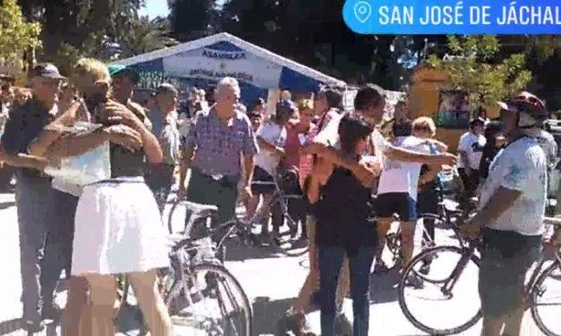 Bienvenida a los ciclistas defensores de los glaciares de regreso en Jachal