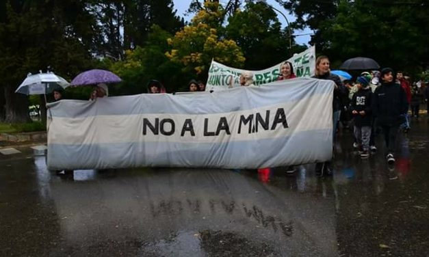 Bajo la lluvia diciendo NO a la zonificación minera, SI a la Iniciativa Popular