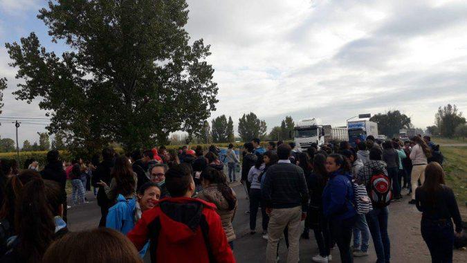 En alerta por el fracking, vecinos y alumnos cortan la Ruta 40 para impedir el paso de camiones