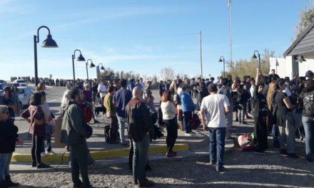 Adentro charla de mineros, afuera los vecinos informaron a cientos