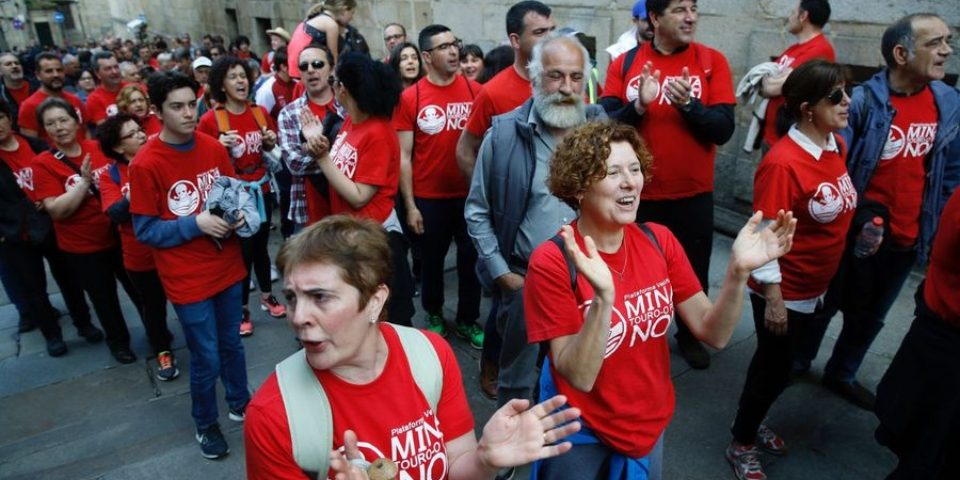 Caminan 18 km hasta Santiago de Compostela en rechazo a la mina de Touro