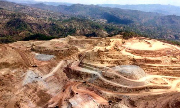 Denuncian a una minera por desenterrar tumbas